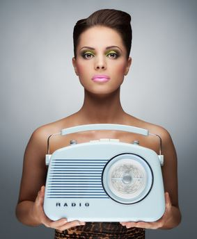 Frau hält ein Internetradio Gerät in der Hand
